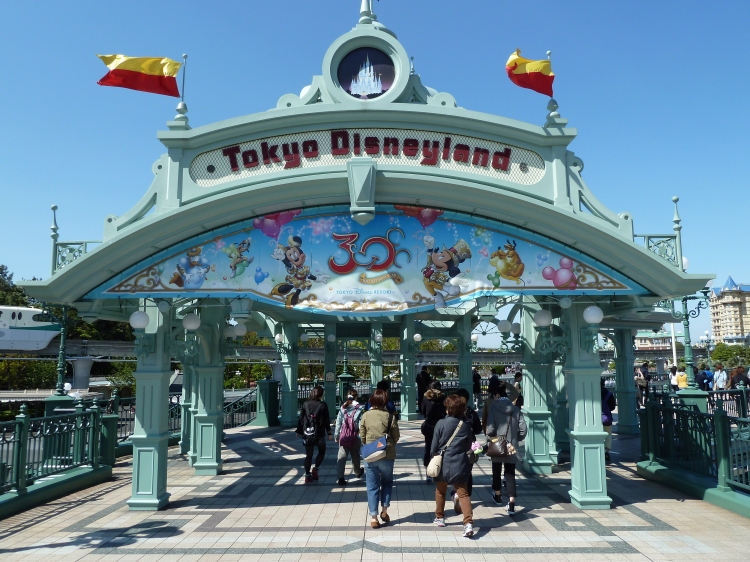 Tokyo_Disneyland_Entrance_(9407118539).jpg